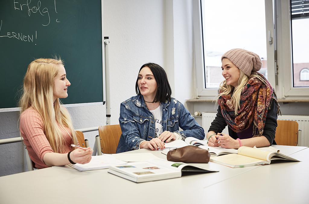 Schülerinnen an der Carlo Schmid Schule Mannheim besprechen ein Projekt