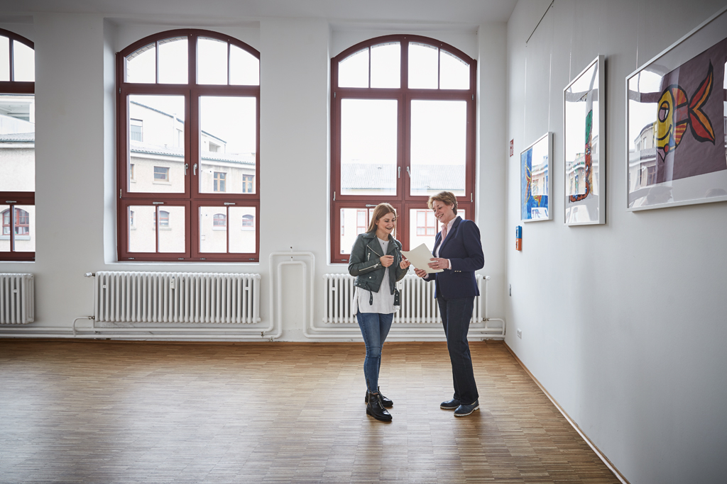 Schulleiterin und Schülerin in der Carlo Schmid Schule Pforzheim