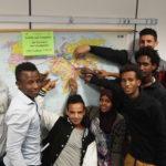 Schüler und Schülerinnen (VAB-O) der Carlo Schmid Schule Freiburg zeigen woher sie kommen