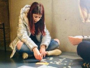 Schülerin der Carlo Schmid Schule Pforzheim beim puzzeln