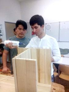 Schüler der Carlo Schmid Schule Pforzheim erstellen Stehpulte für das Museum Johannes Reuchlin